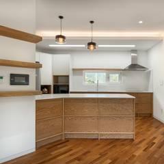 곤지암 단독주택-'품': (주)건축사사무소 더함 / ThEPLus Architects의  작은 주방