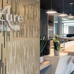 Transformation d'un hôtel type Kyriad en Mercure à Nantes Zénith: Hôtels de style  par Trace & Associes architecture