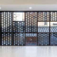 경운동 근린생활시설 - 전망(Brick Mesh): (주)건축사사무소 더함 / ThEPLus Architects의  창문