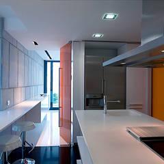 Diseño y decoración de piso en Salou (Tarragona): Cocinas de estilo  de ZFA Arquitectura