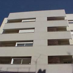 Viviendas de Obra Nueva en Reus (Tarragona: Casas multifamiliares de estilo  de ZFA Arquitectura