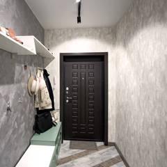 """2-комнатная квартира ЖК """"7 континент"""", г.Краснодар: Коридор и прихожая в . Автор – Студия интерьерного дизайна happy.design"""