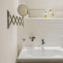 Casa E: Bagno in stile  di Architetto Fulvia Pazzini