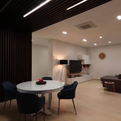 غرفة السفرة تنفيذ Studio di Progettazione e Design 'ARCHITÈ', إسكندينافي