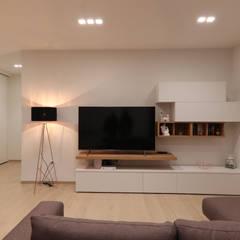 Ruang Keluarga oleh Studio di Progettazione e Design 'ARCHITÈ'