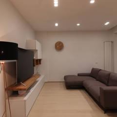 Living room by Studio di Progettazione e Design 'ARCHITÈ',