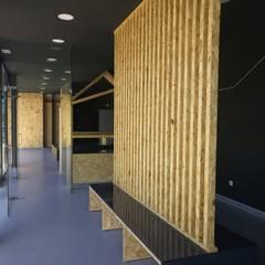 Hospitales de estilo  por MIA arquitetos