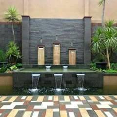 Paredes de estilo  por Tukang Taman Surabaya - Tianggadha-art