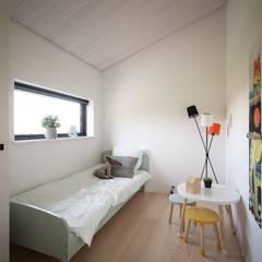 勾配天井で のびのび空間: デンマークハウスが手掛けた子供部屋です。,北欧
