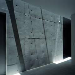 天窓からの光: 藤原・室 建築設計事務所が手掛けた壁です。