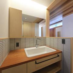 洗面スペース: ㈱ライフ建築設計事務所が手掛けた廊下 & 玄関です。