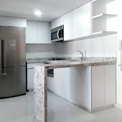Built-in kitchens by Remodelar Proyectos Integrales,