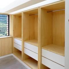 El Cigarral: Closets de estilo  por RRA Arquitectura, Minimalista Madera Acabado en madera