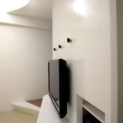 XS HOUSE 现代客厅設計點子、靈感 & 圖片 根據 形構設計 Morpho-Design 現代風