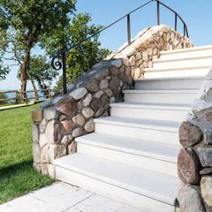 Escaleras de estilo  por Quintarelli Pietre e Marmi Srl