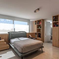 Residencia en Nordelta: Habitaciones para adolescentes de estilo  por Estudio Viviana Melamed