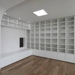 가족을 위한 구조변경, 차분하고 도시적인 분위기의 잠실 리센츠아파트 48평 _ 이사 전: 홍예디자인의  서재 & 사무실