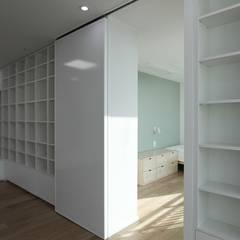 가족을 위한 구조변경, 차분하고 도시적인 분위기의 잠실 리센츠아파트 48평 _ 이사 전: 홍예디자인의  아이방,미니멀
