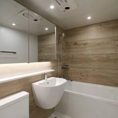 가족을 위한 구조변경, 차분하고 도시적인 분위기의 잠실 리센츠아파트 48평 _ 이사 전: 홍예디자인의  욕실