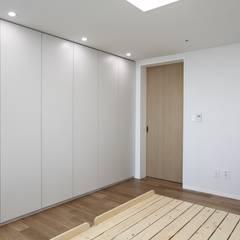 가족을 위한 구조변경, 차분하고 도시적인 분위기의 잠실 리센츠아파트 48평 _ 이사 전: 홍예디자인의  침실
