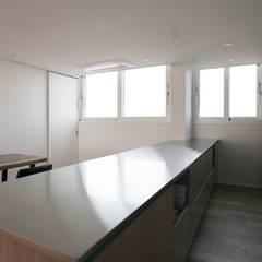 가족을 위한 구조변경, 차분하고 도시적인 분위기의 잠실 리센츠아파트 48평 _ 이사 전: 홍예디자인의  주방