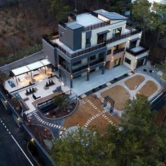 넓은 테라스가 있는 철근콘크리트 주택 (경기도 용인시): 더존하우징의  다가구 주택