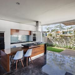 225 House: Cocinas de estilo  por 21arquitectos