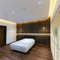 주택 내부: 더존하우징의  작은 침실