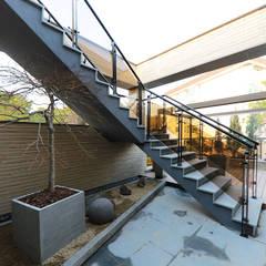 넓은 테라스가 있는 철근콘크리트 주택 (경기도 용인시): 더존하우징의  실내 정원,모던