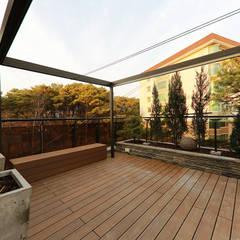 넓은 테라스가 있는 철근콘크리트 주택 (경기도 용인시): 더존하우징의  베란다,모던