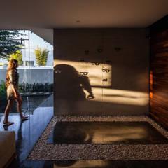 225 House: Pasillos y recibidores de estilo  por 21arquitectos