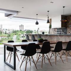 Balcón de estilo  por Infinity Spaces