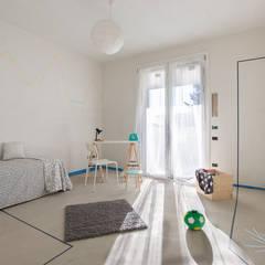 home staging in appartamento al grezzo: Cameretta in stile  di Home Staging & Dintorni