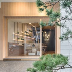 Front doors by 理絲室內設計有限公司 Ris Interior Design Co., Ltd.,
