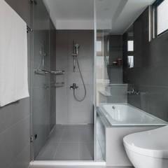 Baños de estilo  por 築川設計