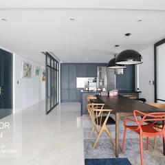 다크블루 컬러의 디자인도어가 돋보이는 동부센트레빌 53평: 더집디자인 (THEJIB DESIGN)의  다이닝 룸