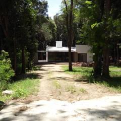 Vivienda unifamiliar de retiro, ubicada en el predio de El Molino de la ciudad de Victoria.: Casas de campo de estilo  por Marcelo Manzán Arquitecto