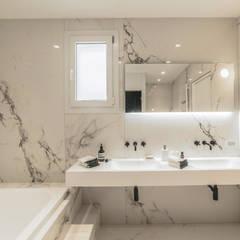 : Bagno in stile  di MODO Architettura