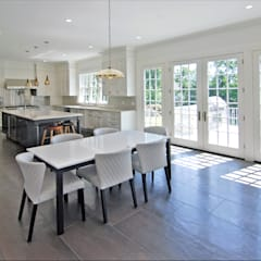 Custom Colonial Home, Scarsdale, NY by DeMotte Architects:  Kitchen by DeMotte Architects, P.C.