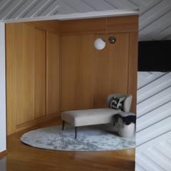 Ligação quarto/quarto de vestir: Closets  por Ci interior decor
