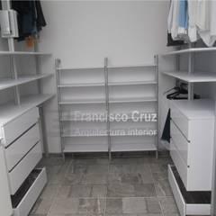Organizador zapatos: Vestidores y closets de estilo  por Francisco Cruz Arquitectura Interior