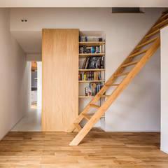 acrab: ポーラスターデザイン一級建築士事務所が手掛けた小さな寝室です。
