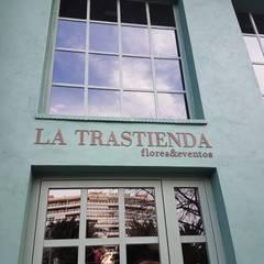 Floristería La Trastienda: Espacios comerciales de estilo  de juanjosémartíarquitectos