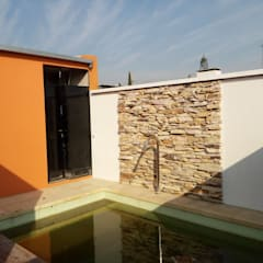 Una casa llena de rincones: Piletas de jardín de estilo  por Marcelo Manzán Arquitecto