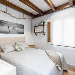 Casa Carro. Rahabilitación interior de vivienda tradicional: Dormitorios de estilo  de Arela Arquitectura