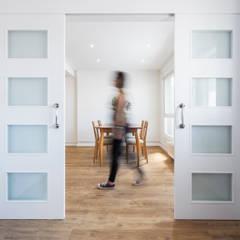La casa de Mar. Reforma interior: Estudios y despachos de estilo  de Arela Arquitectura