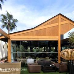 Cubierta para terraza Restaurante LUA Jardines de invierno de estilo moderno de NavarrOlivier Moderno Madera Acabado en madera