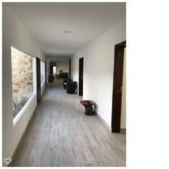 Casa Campestre Mixta : Pisos de estilo  por Arcor Constructores , Moderno