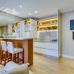 Studio: Armários e bancadas de cozinha  por Samantha Sato Designer de Interiores