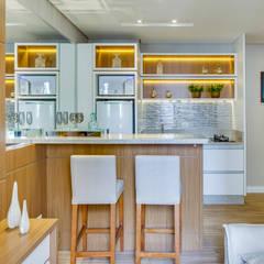 Cocinas pequeñas de estilo  de Samantha Sato Designer de Interiores